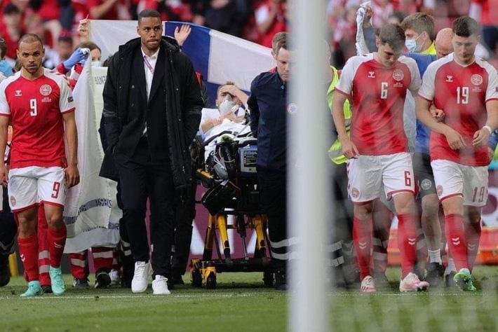 SỐC: Ngôi sao ĐT Đan Mạch Eriksen bất tỉnh trên sân, trận đấu ở Euro 2020 bị hoãn - Ảnh 3.