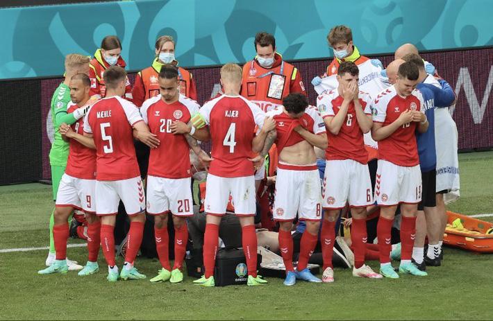 SỐC: Ngôi sao ĐT Đan Mạch Eriksen bất tỉnh trên sân, trận đấu ở Euro 2020 bị hoãn - Ảnh 1.