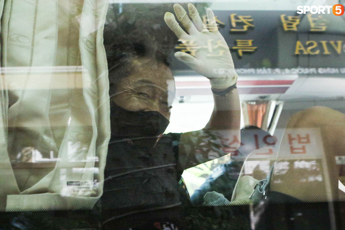 """Hà Đức Chinh """"tấu hài"""", nhập vai nhân viên y tế đo thân nhiệt cho Văn Thanh - Ảnh 7."""