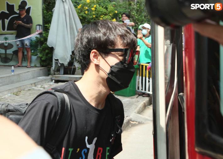 """Hà Đức Chinh """"tấu hài"""", nhập vai nhân viên y tế đo thân nhiệt cho Văn Thanh - Ảnh 9."""