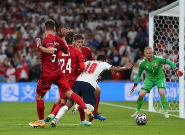 """HLV Đan Mạch cay đắng """"không nói nên lời"""", tố trọng tài thiên vị tuyển Anh bằng quả 11m - Ảnh 1."""