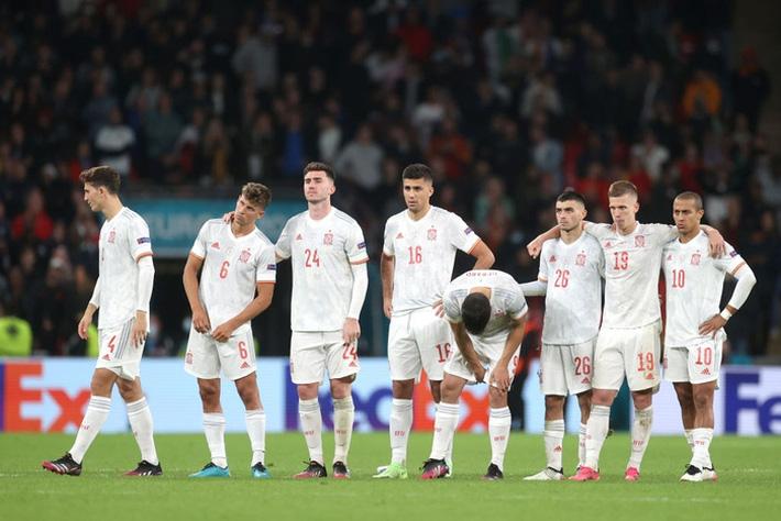 Các cầu thủ Tây Ban Nha bật khóc, lặng đi sau thất bại tại bán kết Euro 2020 - Ảnh 1.