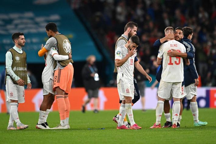 Các cầu thủ Tây Ban Nha bật khóc, lặng đi sau thất bại tại bán kết Euro 2020 - Ảnh 2.
