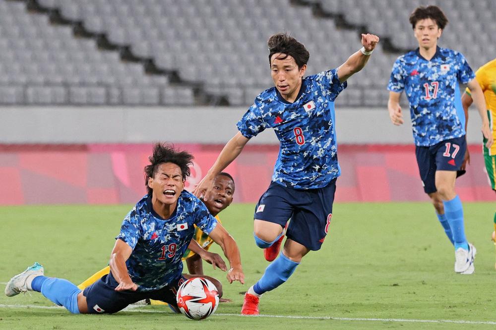 Messi Nhật Bản rực sáng với siêu phẩm, cứu rỗi chủ nhà Olympic trong trận đấu nhọc nhằn - Ảnh 1.