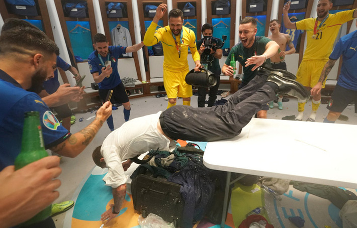 Phòng thay đồ của Italy bừa như bãi rác, trong khi tuyển Anh gọn gàng sạch sẽ - Ảnh 8.