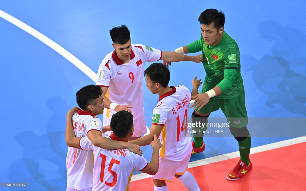 FIFA trầm trồ trước siêu phẩm hụt của thủ môn Việt Nam tại World Cup - Ảnh 1.