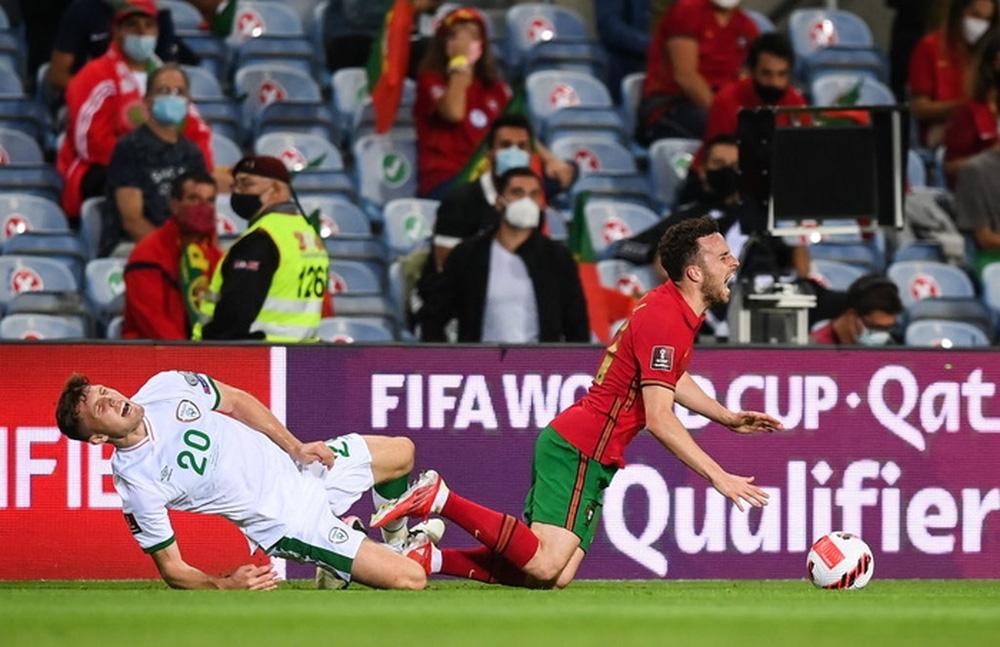 Cổ chân của cầu thủ CH Ireland bẻ ngược rùng rợn khi xoạc bóng Diogo Jota - Ảnh 1.