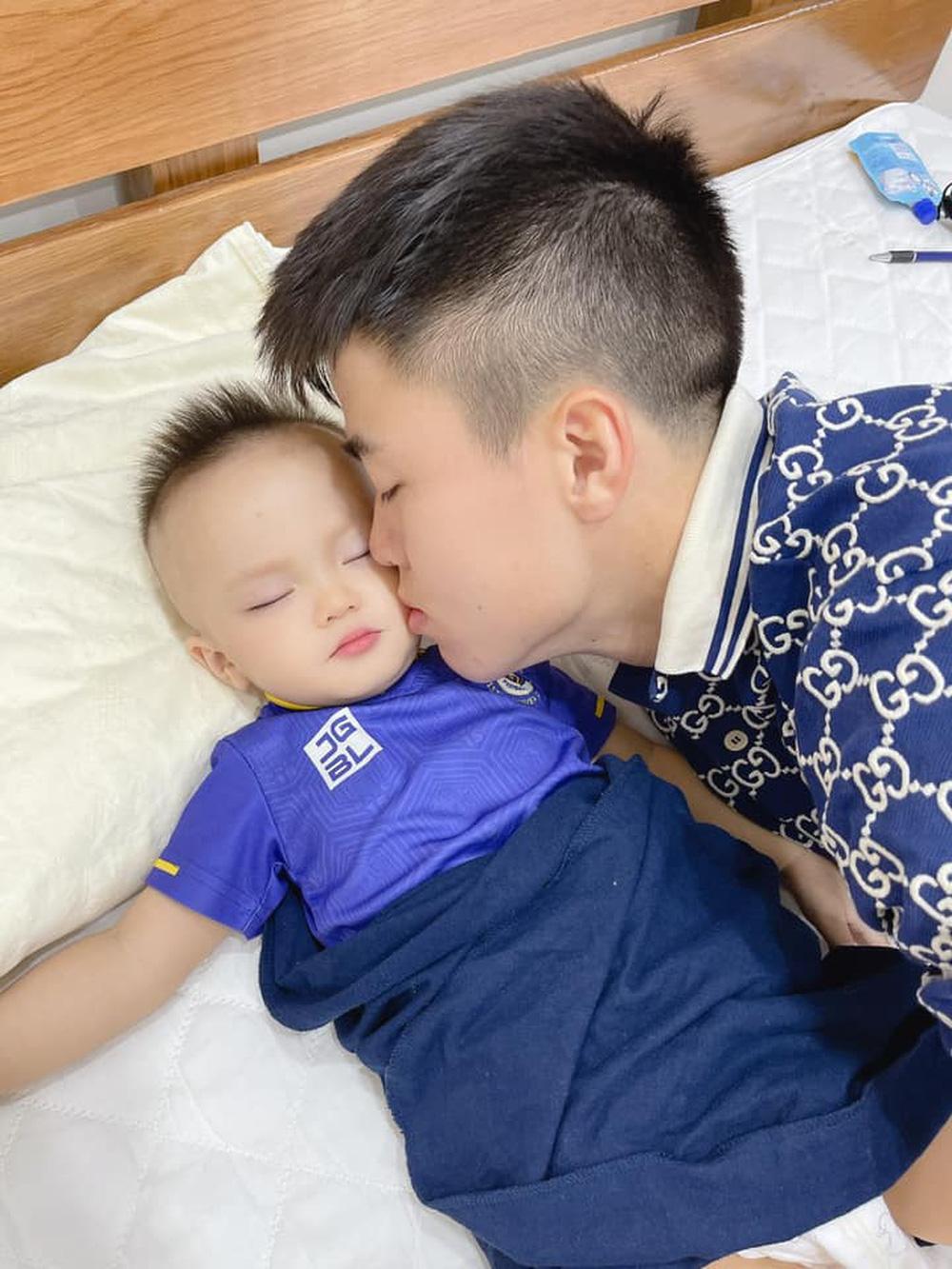 Duy Mạnh thơm má tạm biệt con trai trước khi lên tuyển hội quân - Ảnh 1.