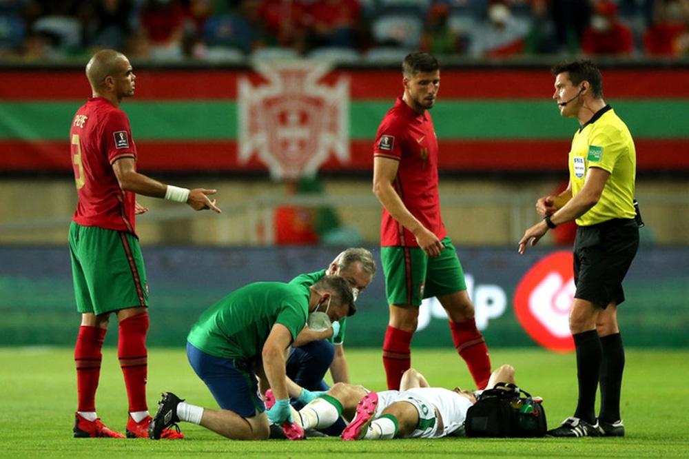 Cổ chân của cầu thủ CH Ireland bẻ ngược rùng rợn khi xoạc bóng Diogo Jota - Ảnh 4.