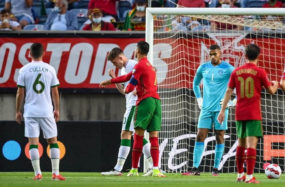 Cổ chân của cầu thủ CH Ireland bẻ ngược rùng rợn khi xoạc bóng Diogo Jota - Ảnh 6.