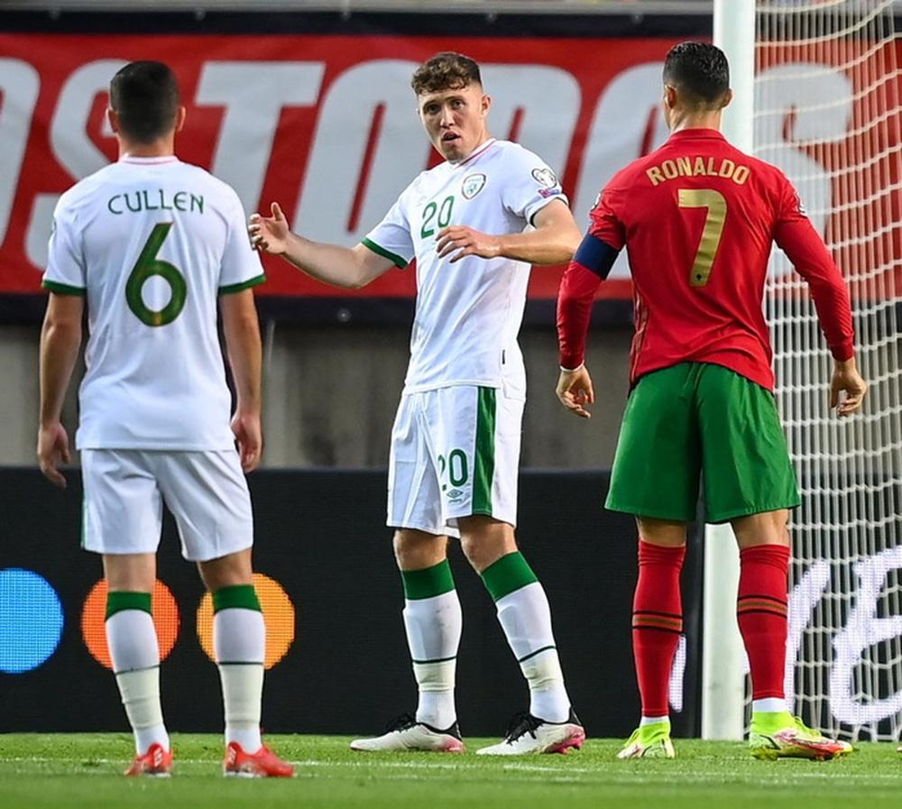 Cổ chân của cầu thủ CH Ireland bẻ ngược rùng rợn khi xoạc bóng Diogo Jota - Ảnh 7.